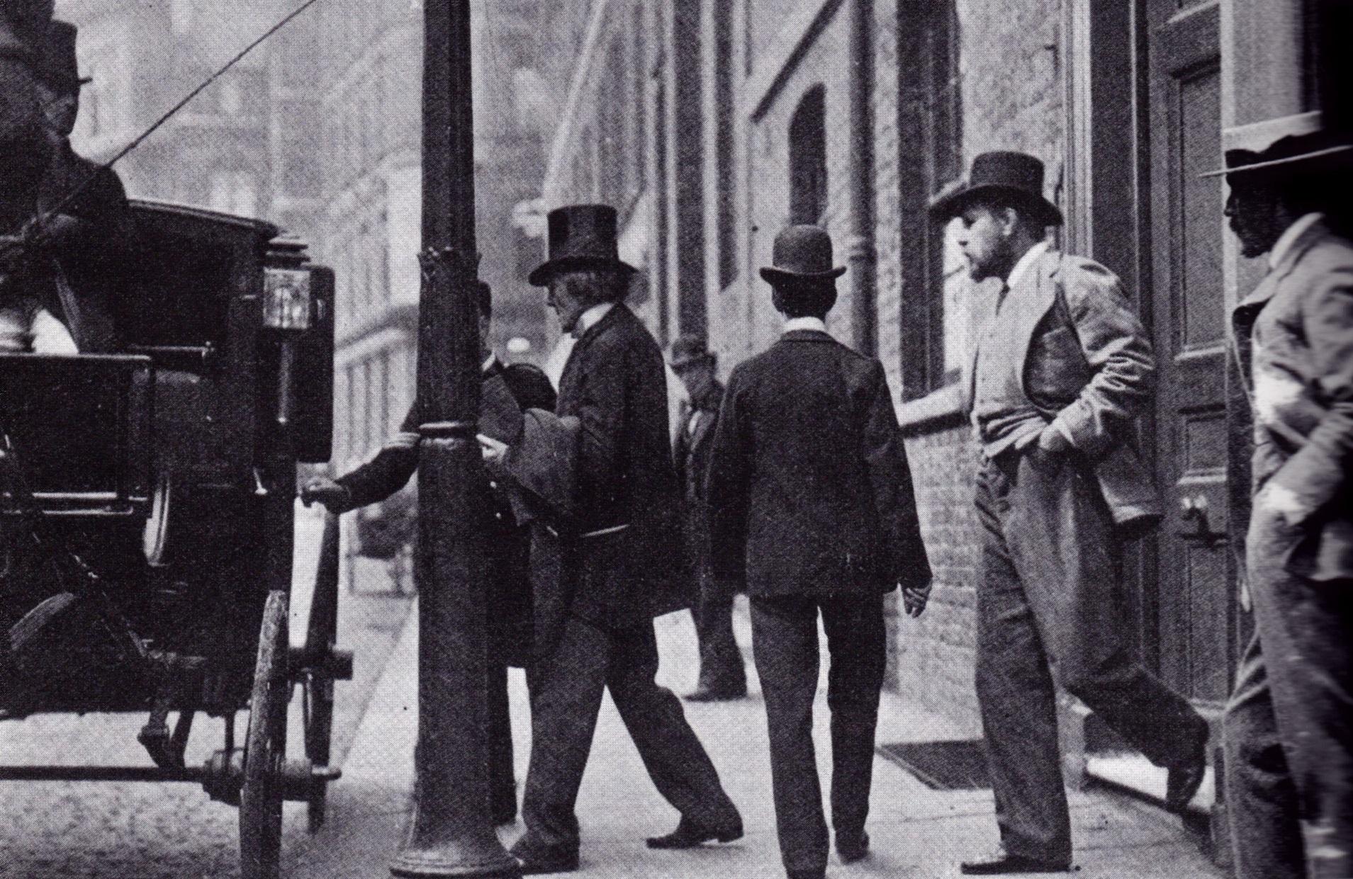 El actor Henry Irving y Bram Stoker tomando un coche
